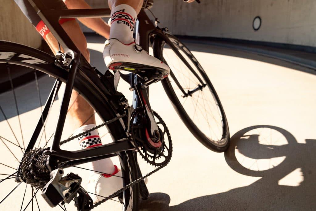 Rennradfahrer mit Carbonfelgen